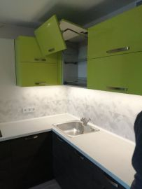 Современный вариант кухни с верхними фасадами из пластика и нижними из ДЛСП