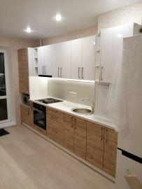 Кухня с верхними фасадами из пластика и нижние ЛДСП